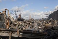 Häuser sitzen das Schwelen nach Hurrikan lizenzfreie stockfotografie