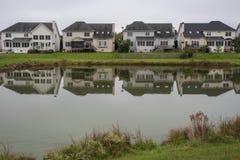 Häuser um den Teich lizenzfreies stockfoto