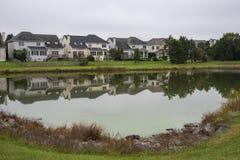 Häuser um den Teich lizenzfreies stockbild