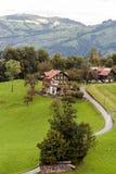 Häuser umgeben durch Wiesen Stockbilder