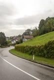 Häuser umgeben durch Wiesen lizenzfreie stockfotografie