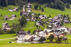 Häuser umgeben durch Wiesen Lizenzfreies Stockbild
