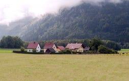 Häuser umgeben durch Wiesen Lizenzfreies Stockfoto