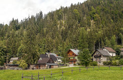 Häuser umgeben durch Wiesen Stockfotos