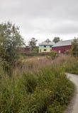 Häuser umgeben durch Wiesen und Bäume stockfotografie