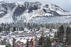 Häuser und Berge mit Schnee Stockfotografie