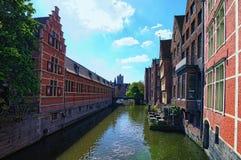 Häuser und Cafés sitzen auf dem Wasser Stadtlandschaftsfoto Stockfotografie