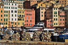 Häuser und Fischernetze lizenzfreie stockbilder