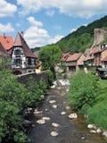Häuser und Fluss in Kaysersberg. Lizenzfreies Stockfoto