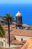 Häuser und Kirche im Hintergrund des Ozeans Lizenzfreie Stockbilder