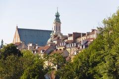 Häuser und Kirchenkirchturm in der alten Stadt, Warschau Stockfotos