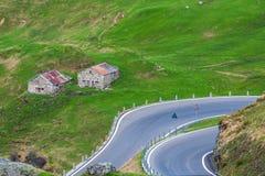 Häuser und kurvenreiche Straße Stockbild