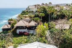 Häuser und Landhäuser auf der Klippe über Karma Beach, Ungasan, Bali-Insel, Indonesien lizenzfreies stockfoto