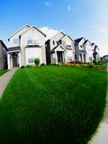 Häuser und Rasen Stockbilder