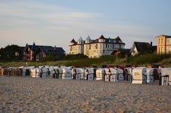 Häuser und Sonne der Strandstühle morgens stockfotografie