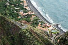 Häuser und Straße auf dem Ozean stützen die Insel von Madeira unter. Lizenzfreies Stockfoto