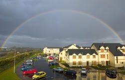 Häuser unter dem Regenbogen Lizenzfreie Stockfotos