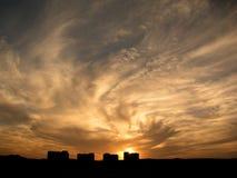 Häuser unter drastischem Himmel Stockfotos