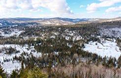 Häuser unter Schnee bei Val David stockbild