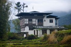 Häuser von Bhutan nahe Chimi Lhakhang Gefunden nahe Lobesa Punakha-Bezirk lizenzfreie stockfotografie