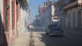 Häuser von Havana werden ausgeräuchert stock video footage