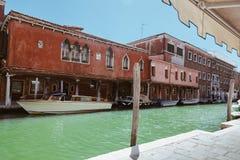Häuser von Murano und von Wasserstraßen mit traditionellen Taxibooten und alter Fassade Nahe Venedig stockfoto