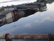 Häuser werden durch einen Kanal in Rangsit, Thailand, im Oktober 2011 überschwemmt Stockbild