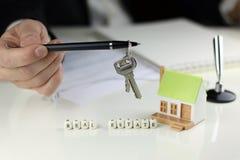 Häusermaklerhandvertrag Lizenzfreie Stockbilder