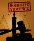 Häusliche Gewalt und Hammer mit Skalen stockfotografie