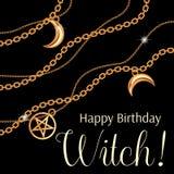 Häxa för lycklig födelsedag Hälsningkortdesign med pentagram och månehängear på guld- metallisk kedja p? Black vektor vektor illustrationer