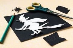 Häxa - förberedelse av tecken från papper till en allhelgonaafton Royaltyfri Foto