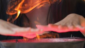 Häxa i den svarta klänningen som förbereder magisk dryck i kitteln, allhelgonaaftonhelgdagsaftonmagi stock video