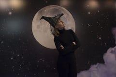 Häxa, måne och moln på natten Arkivfoto