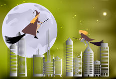 Häxa som flyger över staden på kvastskafter på en månbelyst natt i allhelgonaaftonberöm Arkivfoton