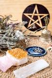 Häxaaltaregarneringar - med pentaclen, örter och kristaller, med den naturliga torkduken för crotchetjutealtare royaltyfri fotografi