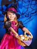 Häxabarn på den Halloween deltagaren. Arkivbilder