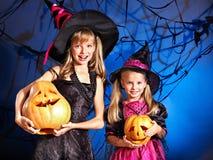 Häxabarn på det Halloween partit. Arkivbild