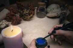 Häxadoktor shaman Magisk tabell alternativt magasin för brunnsort för medicin för objekt för ginkgo för bambubadbiloba fotografering för bildbyråer