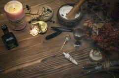 Häxadoktor shaman witchcraft Magisk tabell alternativt magasin för brunnsort för medicin för objekt för ginkgo för bambubadbiloba Arkivfoto