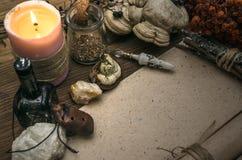 Häxadoktor shaman witchcraft Magisk tabell alternativt magasin för brunnsort för medicin för objekt för ginkgo för bambubadbiloba royaltyfri foto
