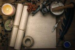 Häxadoktor shaman witchcraft Magisk tabell alternativt magasin för brunnsort för medicin för objekt för ginkgo för bambubadbiloba Fotografering för Bildbyråer