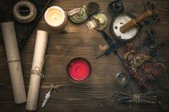 Häxadoktor shaman witchcraft Magisk tabell alternativt magasin för brunnsort för medicin för objekt för ginkgo för bambubadbiloba Royaltyfria Bilder