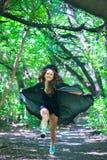 häxakörningar till och med skogen fotografering för bildbyråer