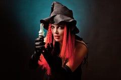 Häxan öva witchcraft på svart bakgrund. Fotografering för Bildbyråer