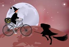 Häxan går över jordklotet på en cykel och en häxa som flyger över jordklotet på en kvastskaft i beröm av allhelgonaaftonen Royaltyfria Foton