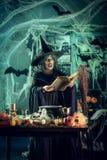Häxan lagar mat magisk dryck arkivfoton