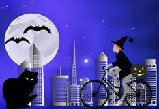 Häxan på en cykel bär en pumpa för en stor svart katt på en månbelyst natt i allhelgonaaftonberöm Royaltyfria Bilder