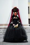 Häxastående i svart tappningklänning Kvinnaänka med det röda konstsminket för halloween Royaltyfria Foton