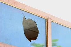 Hål av det brutna svarta glass fönstret Royaltyfri Fotografi