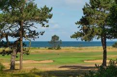 Hål för golf för sammanlänkningsmedeltal 3 med havet i bakgrund Arkivbild